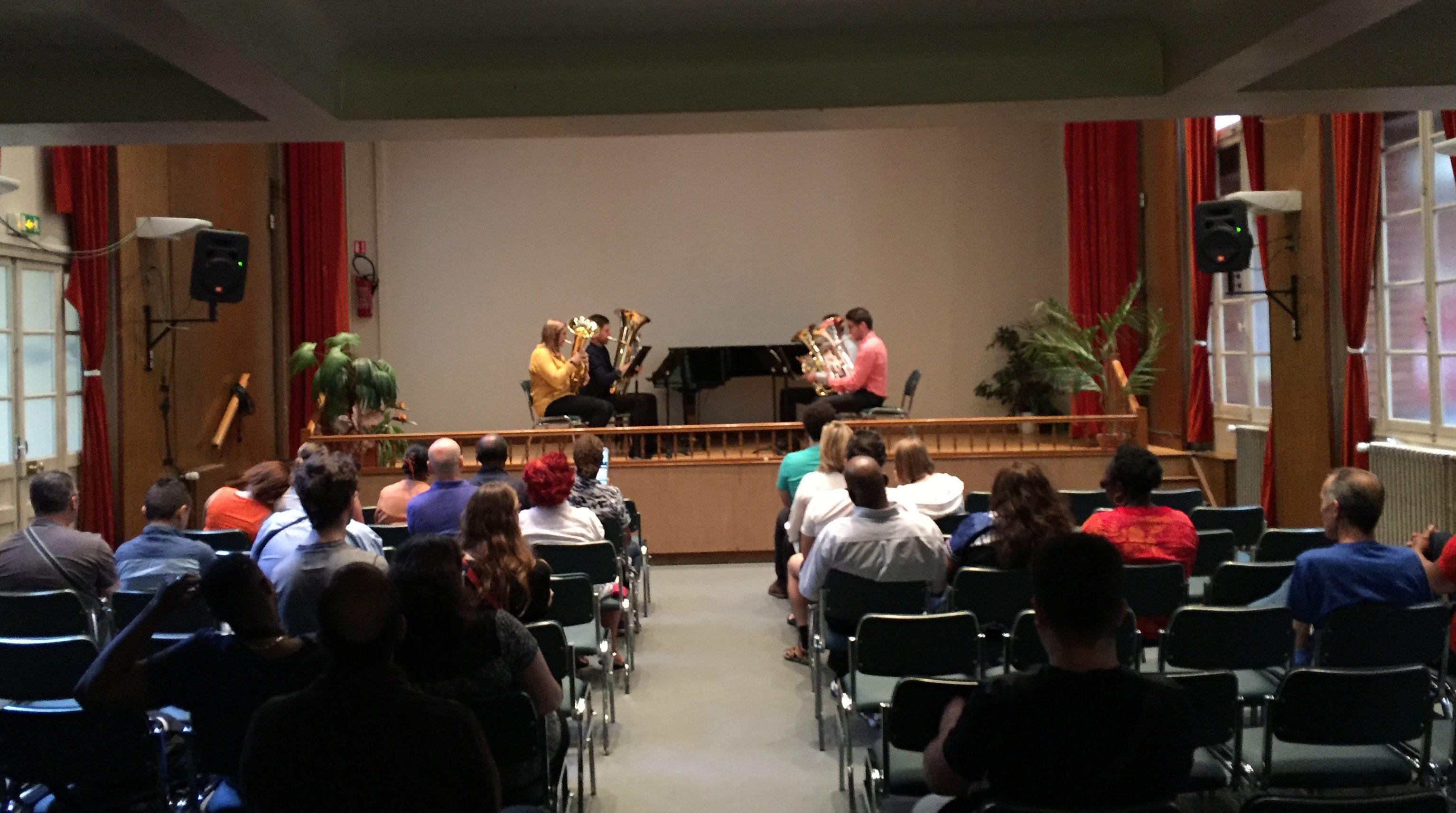 photo de la scène et du public